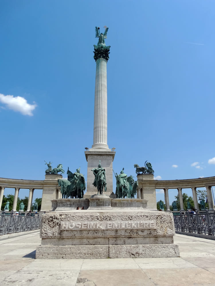 visite-budapest-place-heros